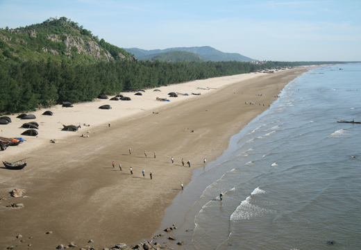 Bãi biển hải hòa trải dài vô tận như một dải lụa trắng.