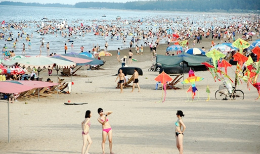 Khách du lịch tập trung đông đúc tại biển Đồ Sơn mỗi dịp hè