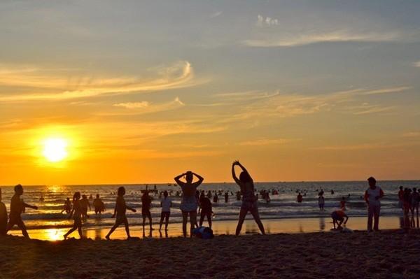 Du khách tập thể dục buổi sáng và ngắm bình minh trên biển Cát Bà
