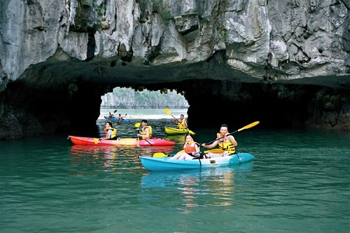 Chèo thuyền kayak tham quan vịnh Lan Hạ
