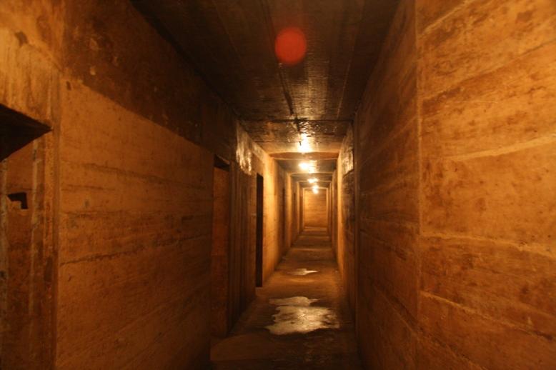 Lối đi ở hang Quân Y khá hẹp và thiếu ánh sáng