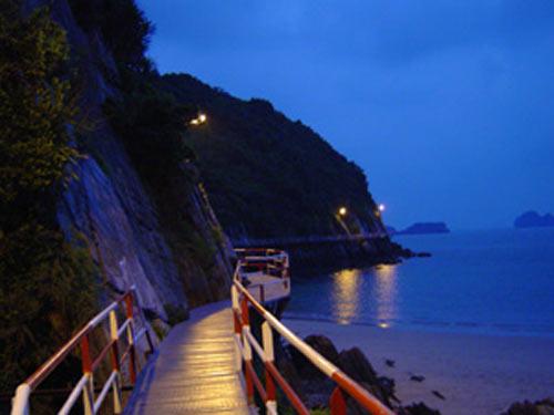 Dạo biển Cát Bà vào buổi tối