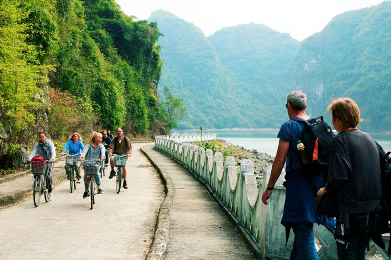 Đạp xe ở làng cổ việt hải